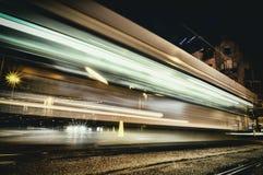 Красный город освещает запачканный общественный транспорт Гамбурга предпосылки bokeh стоковое изображение