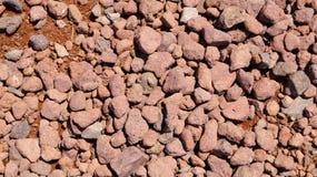 Красный гравий над предпосылкой текстуры песка стоковые изображения rf