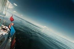 Красный гражданский флаг Великобритании знамени на паруснике стоковая фотография rf