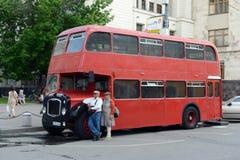 Красный двухэтажный автобус Бристоль Lodekka пассажира на улице в Москве стоковое изображение rf