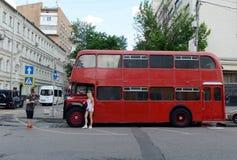 Красный двухэтажный автобус Бристоль Lodekka пассажира на улице в Москве стоковое изображение