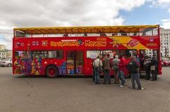 Красный двухэтажный автобус в Москве стоковое фото