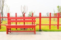 Красный деревянный стул стоковые фото