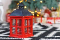 Красный деревянный фонарик под елью Стоковые Фотографии RF
