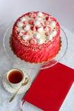 Красный домодельный торт украшенный сердцами Стоковое фото RF