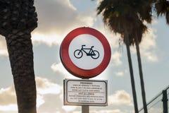 Красный дорожный знак для велосипедистов стоковые изображения rf