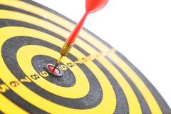 Красный дротик ударяя цель Стоковое Фото