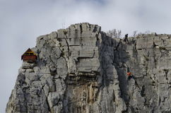 Красный деревянный дом альпиниста в утесах Lakatnik и высокогорном альпинисте, дефиле реки Iskar, провинции Софии Стоковое фото RF