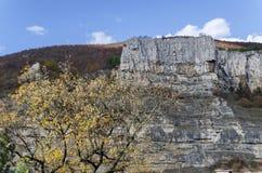 Красный деревянный дом альпиниста в Lakatnik трясет, дефиле реки Iskar, провинция Софии Стоковое Изображение