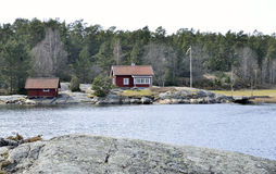 Красный деревянный дом в архипелаге Стокгольма Стоковое Изображение RF