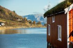 Красный деревянный дом на ходулях Стоковая Фотография
