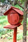 Красный деревянный почтовый ящик Стоковые Фотографии RF