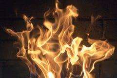 красный желтый огонь в конце-вверх камина пламена изолированный пожар предпосылки черный Стоковые Фотографии RF