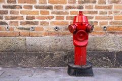 Красный жидкостный огнетушитель на улице Стоковое Изображение