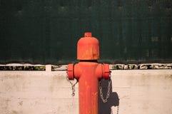 Красный жидкостный огнетушитель стоковые фотографии rf