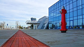 Красный жидкостный огнетушитель на улице Стоковые Изображения RF