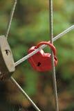 Красный замок в форме сердца на мосте веревочки Стоковая Фотография