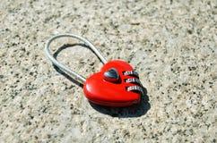 Красный замок свадьбы в форме сердца Стоковые Изображения RF