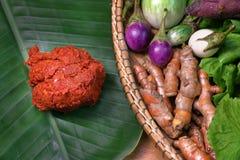 Красный затир карри на лист банана с овощами в корзине Стоковое Изображение RF