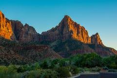 Красный заход солнца в зеленом цвете национального парка Сион и оранжевых цветах с голубым небом стоковые изображения rf