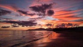 Красный заход солнца над Атлантическим океаном в puerto del carmen на Канарских островах Лансароте в Испании стоковая фотография rf