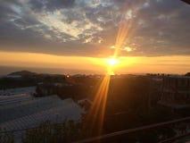 Красный заход солнца на голубом небе, темном Стоковые Фото
