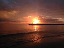 Красный заход солнца на пляже Aquadillia Пуэрто-Рико США Rompeolas Стоковое Изображение