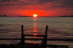 Красный заход солнца на реке Dnieper около Черкассов Стоковые Фотографии RF