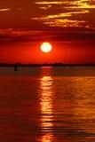 Красный заход солнца в венецианской лагуне, Италия Стоковая Фотография