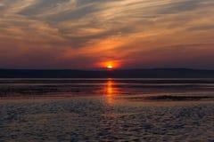 Красный заход солнца над водой драматический красный заход солнца Стоковая Фотография RF