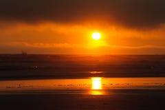 Красный заход солнца на пляже Kalaloch стоковое изображение
