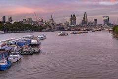Красный заход солнца отражает на небоскребе, городе Лондона стоковая фотография rf