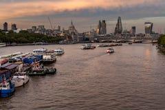 Красный заход солнца отражает на рации, Лондоне стоковое изображение rf