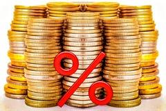 Красный знак процентов на предпосылке денег стоковые изображения rf