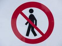 Красный знак с раскосной линией над человеком Стоковое фото RF