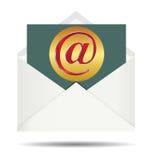 Красный знак электронной почты на золотой посуде и раскрытом белом конверте Стоковая Фотография RF