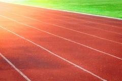Красный идущий след, белая линия в стадионе Стоковая Фотография RF