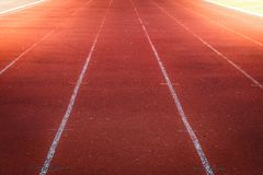 Красный идущий след, белая линия в стадионе Стоковые Фотографии RF
