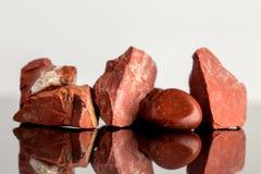 Красный излечивать яшмы, uncut и отполированного, кристаллического стоковые фото