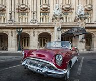 Красный и белый автомобиль с откидным верхом Buick припарковал перед оперой Гаваны Стоковое Изображение RF