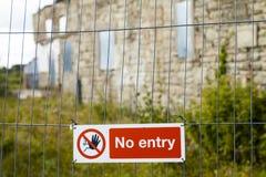 Красный и белый отсутствие знака входа прикрепленного к загородке решетки металла Стоковое Фото