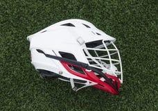 Красный и белый шлем лакросс стоковое фото rf