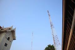 Красный и белый штендер утюга просигнализировал сигнал об электронной тонике Большая предпосылка неба между зданиями стоковые изображения