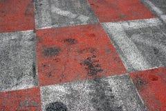 Красный и белый асфальт автогонок в Монако Стоковые Фото