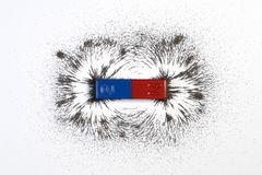 Красный и голубой полосовой магнит или физика магнитные с железным mag порошка стоковые изображения rf