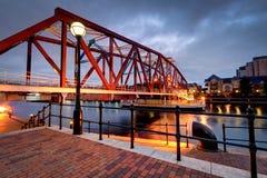 Красный и голубой мост литого железа на набережных Salford Стоковое Изображение