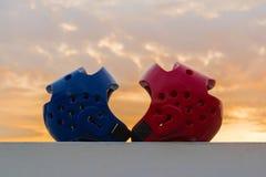Красный и голубой предохранитель головы Тхэквондо Стоковые Фото
