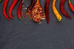 Красный и желтый высушенный перец chili На каменной черной предпосылке Стоковое фото RF