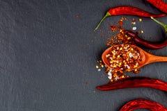 Красный и желтый высушенный перец chili На каменной черной предпосылке Стоковые Фотографии RF
