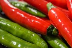Красный и зеленый конец перца горячих чилей вверх Стоковая Фотография RF